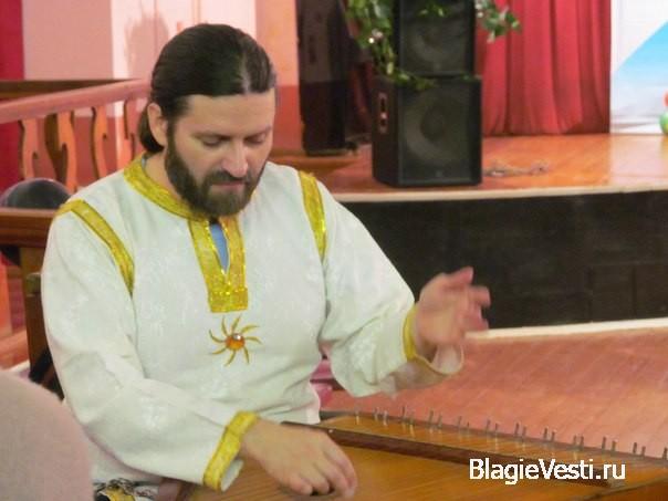 Гусли — струнный музыкальный инструмент, распространён на Руси.