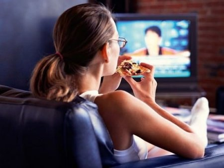 Еда с книгой перед экраном телевизора, за обсуждением семейных проблем может травмировать душу человека