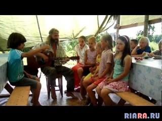 Дети поют песню Николая Емелина.